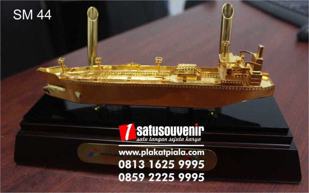 souvenir miniatur pertamina kapal