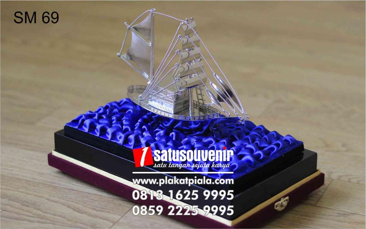 Souvenir Miniatur Perahu Layar
