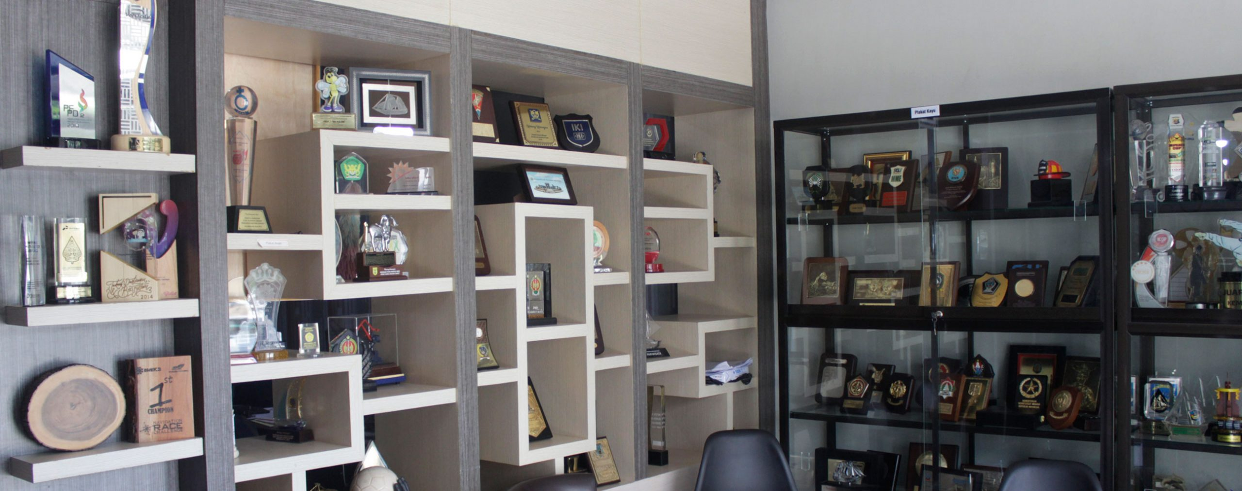 Tips merawat plakat, piala dan miniatur - display 1souvenir