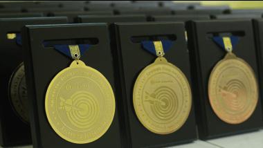 medali plakat kayu
