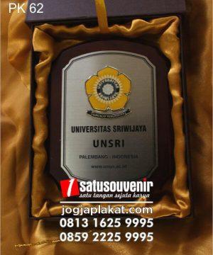 plakat kayu unsri universitas sriwijaya