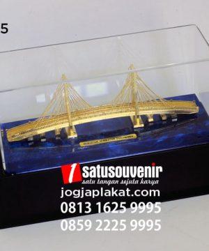 Souvenir Miniatur Jembatan Suramadu