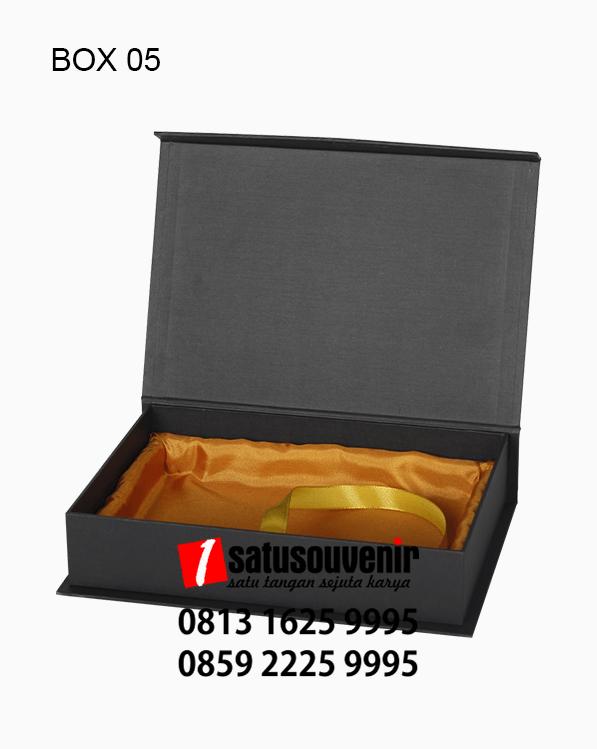 BOX05 Box Karton Hitam Saten Emas