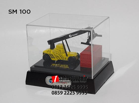 SM100 Souvenir Miniatur Reach Stacker PT Pelindo