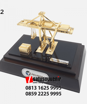 SM102 Souvenir Miniatur Container Crane PT Pelindo - apa itu kerajinan tangan? kerajinan tangan adalah