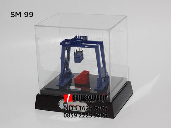 SM99 Souvenir Miniatur Rubber Tyred Gantry Crane PT Pelindo