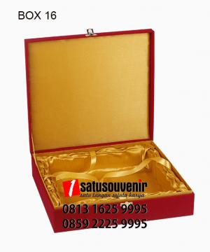 BOX16 Box bludru Merah Satin Emas