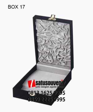 BOX17 Box bludru Hitam Satin Silver