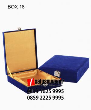 BOX18 Box bludru Biru Satin Emas