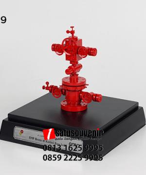 SM109 Souvenir Miniatur wellhead SKK Migas