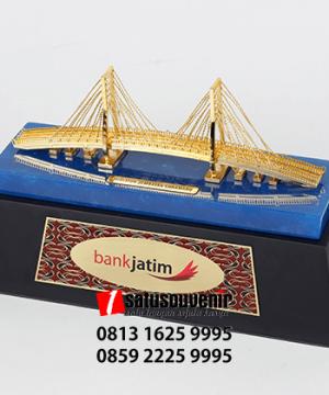 SM111 Souvenir Miniatur Jembatan Suramadu Bank Jatim