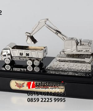 SM112 Souvenir Miniatur Truck and Excavator UN